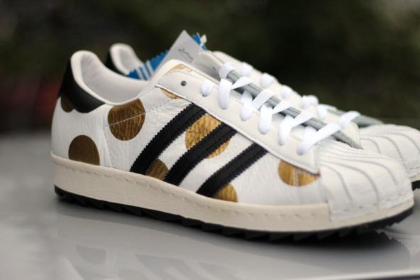 Le scarpe da uomo adidas Originals Superstar 80s Ripple di Jeremy Scott  combinano la classica sneaker adidas Superstar con un look strepitoso. 19de14b969d